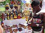 Vendedor en una feria de artesanias